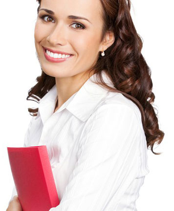 Frau hält rote Präsentationsmappe