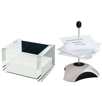 Eine Zettelbox aus Acryl und ein Zettelspießer aus Metall