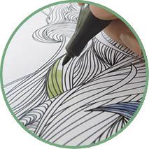 Detailabbildung von einer Hand, die eine Schreibtischunterlage coloriert