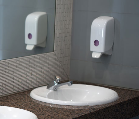 Wandseifenspender in Badezimmer
