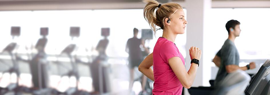 Junge Frau trainiert auf einem Laufband