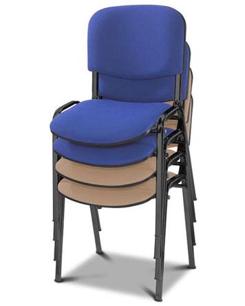 Stapel mit blauen und beigefarbenen Stühlen