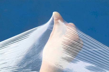 Hand demonstriert die Dehnbarkeit einer Stretchfolie