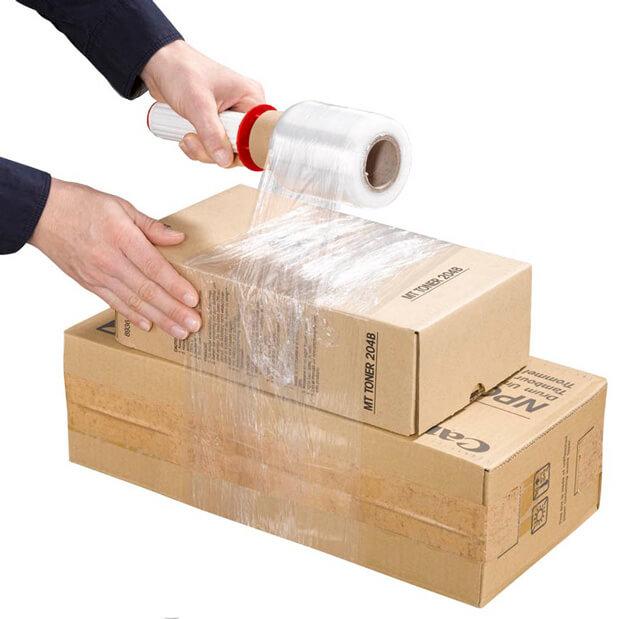 Zwei Kartons werden mit einer Mini-Stretchfolie gebündelt