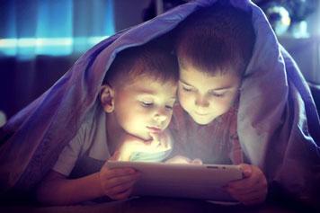 Zwei Kinder schauen über Tablet Fernsehen und der Akku hält stundenlang