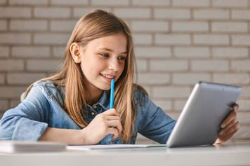 Mädchen lernt über ein Tablet