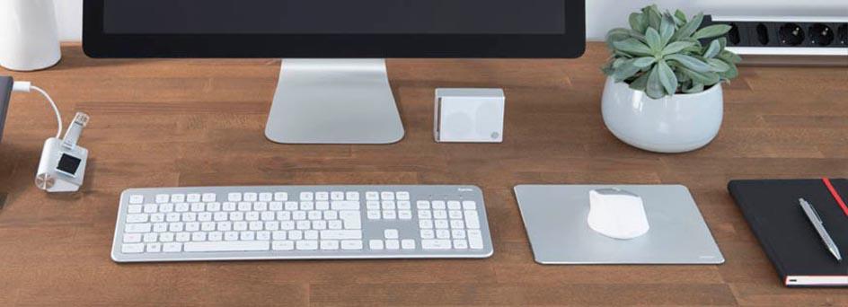 Tastatur-Maus-Set auf modernem Schreibtisch