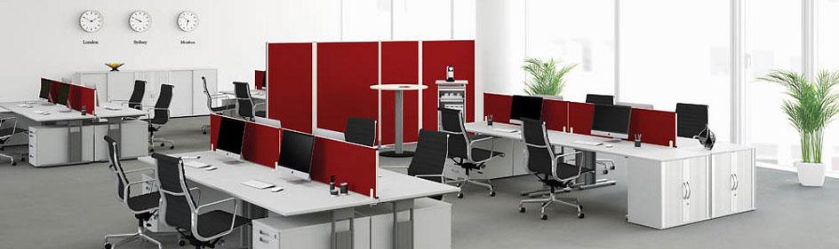 Rote Trennwände in einem Großraumbüro