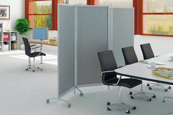 Trennwände separieren einen Konferenzraum