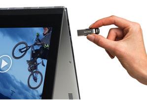 Hand steckt USB-Stick in ein Tablet