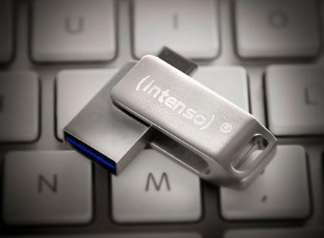 USB-Stick mit Drehmechanismus auf einer Tastatur