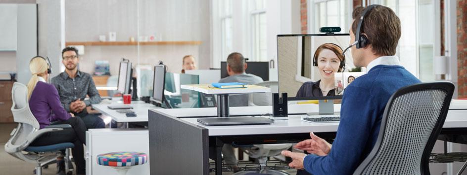 Mann führt über Webcam ein Gespräch im Büro