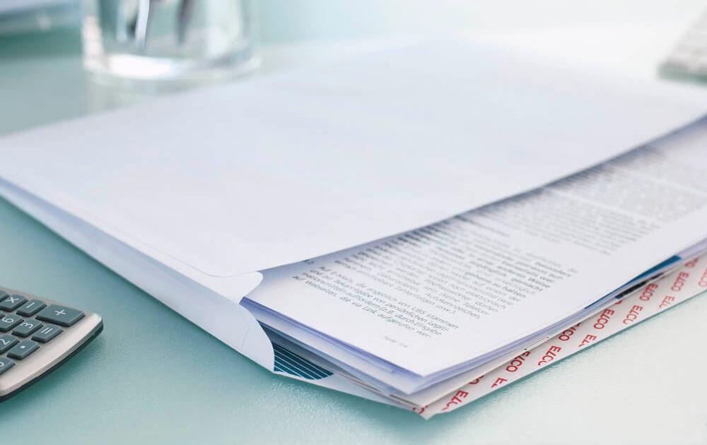 Faltenversandtaschen befüllt mit unterschiedlichen Dokumenten