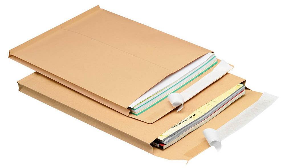 Faltenversandtaschen gestapelt mit Dokumenten