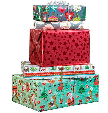 Aufeinander gestapelte Geschenke in unterschiedlichem Geschenkpapier