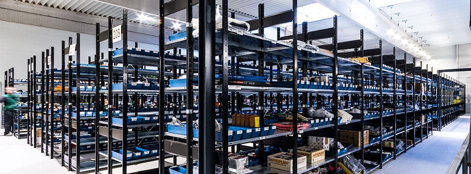 Eine Halle voller Lagerregale