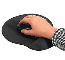 Hand liegt auf Handauflage eines ergonomischen Mousepads