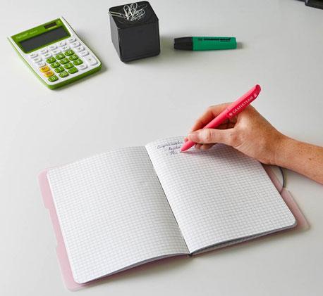 Person beim Benutzen eines Notizbuches